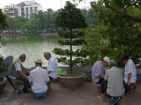 Aqui lugar de velhinho não é em casa, eles estão todos pelas praças jogando cartas ou uma espécie de xadrês