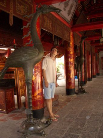 A fênix em cima da tartaruga está por tudo (são 2 dos 4 animais sagrados do Vietnã)