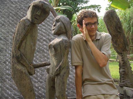 Isso é um monumento fúnebre. As representações sexuais simbolizam a fertilidade.
