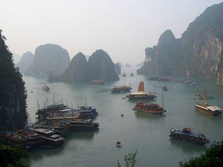 Barcos e montes em Halong