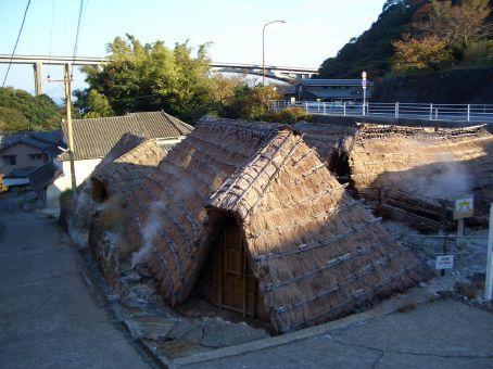 Em alguns lugares a agua tem sais, entao eles aproveitam para preparar sais de banho. Nessas casinhas.