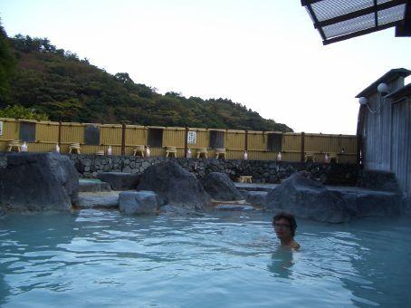A maioria dos onsen sao cobertos, mas o mais legal eh quando sao descobertos, como esse, que ainda por cima eh no alto de uma colina. Os baldes lah no fundo eh para se banhar antes de entrar no banho, afinal eh um banho comunitario...