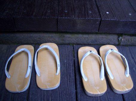 Tem que tirar os sapatos para entrar nos templos.