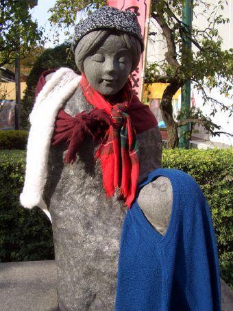 Eles nao soh vestem as estatuas, como as vestem de acordo com a estacao!