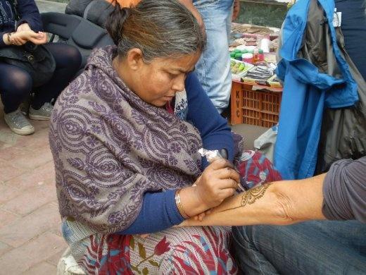 A sidewalk henna artist in Delhi (photo: Cheryl Weber)