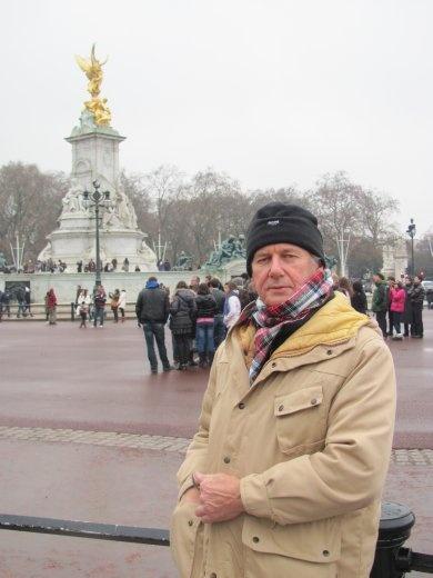 Greg nearly out-shining the golden statue outside Buckingham Palace gates!