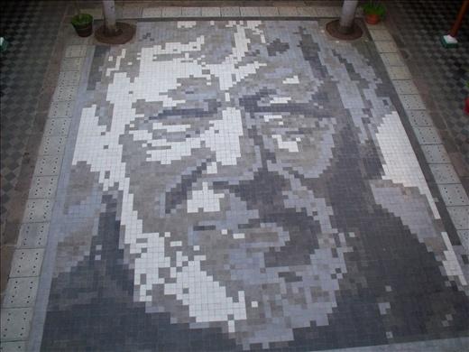 Cara del fundador del museo hecho con azulejos en el piso, esta vista es desde el segundo piso - Granada