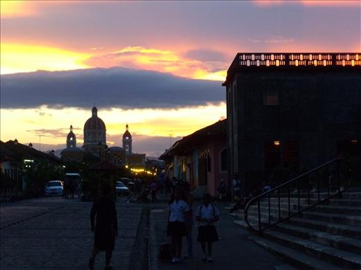 Atardecer en Granada y de fondo la catedral