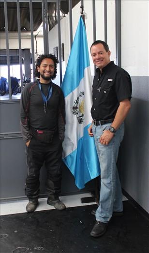 Quique amigo motociclista quien amablemente nos alojó en su casa en la ciudad de Guatemala