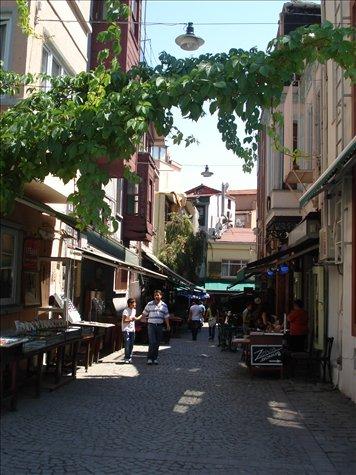 Ruazınhas tıpıcas de Istanbul...estreıtas e cheıas de cafes e bares...