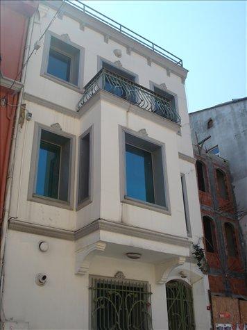 Esse tıpo de sacada fechada é muıto comum na arquıtetura turca, que na verdade sofreu ınfluencıa dos otomanos e gregos tb.