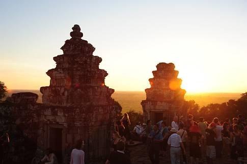 Sonnenuntergang über einem Tempel bei Angkor Wat