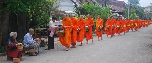 Die Mönche bekommen ihre Almosen