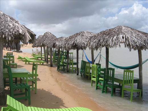 At this lakeside restaurant in the dunes of Tatajuba, Ceará, the inviting green chairs and hammocks dangling in warm water are unfortunately not enough to maintain the steady flow of tourists.