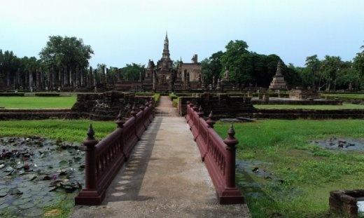 Bridge into Wat Mahathat