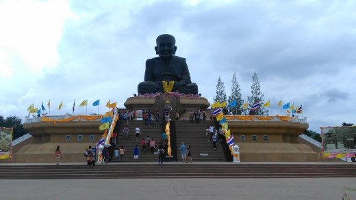Luang Phor Thuad statue