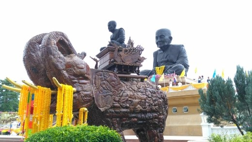 Luang Phor Thuad statue - Little and large