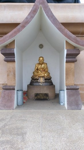 Smaller Luang Phor Thuad statue