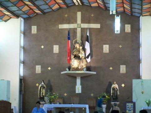 Primeiro passeio no Chile: peregrinação! Interessante integração entre Igreja e Estado, com as bandeiras ladeando a imagem de N. Sra. com o Menino Jesus.