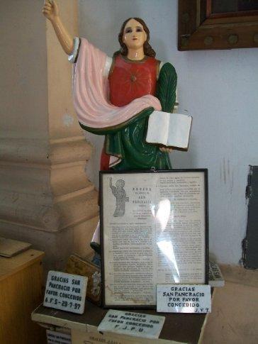 Na terceira igreja, uma das muitas imagens de santos e anjos em tamanho NATURAL. Esta, de São Pancrácio, vem também acompanhada de placas agradecendo graças alcançadas.