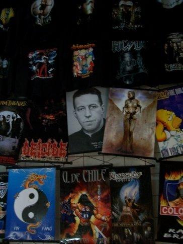 Detalhe 1: em meio às camisas de bandas, uma inexplicável camisa do Padre Hurtado, uma santo muito popular aqui.