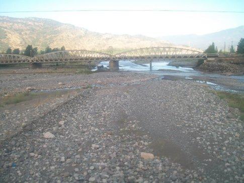 Um dos rios que passamos pelo caminho - ou melhor, o leito de um deles. Nesta época eles ficam todos assim, com filetes de água, e só vão se encher depois no inverno (com chuvas e degelo).