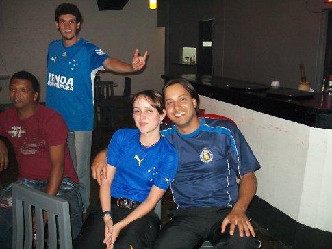 Mas tem sempre um gracista... Detalhe para a boa vontade do ni em ir de camisa azul, ainda que do Copo Cheio FC! XD