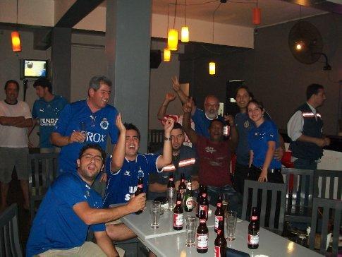 Galera cruzeirense concentrada no único bar cujo dono foi convencido a passar os jogos do Brasil na Libertadores.