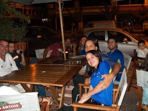 Depois do jogo, a concentração se mudou para o bar ao lado...