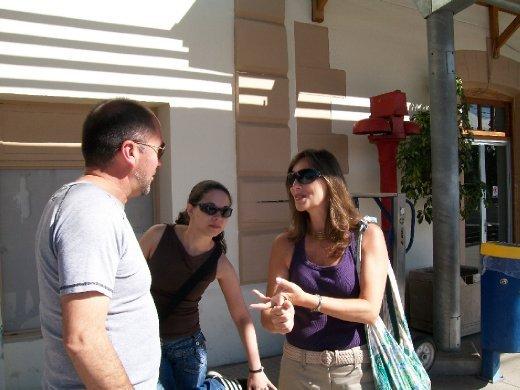 As meninas gastando o espanhol com um conversadíssimo chileno, que trabalha na obra