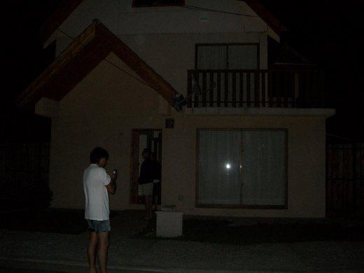 Minutos após o terremoto: a casa, inteira, e nós, ainda de roupas de dormir, tentando contactar amigos e parentes.
