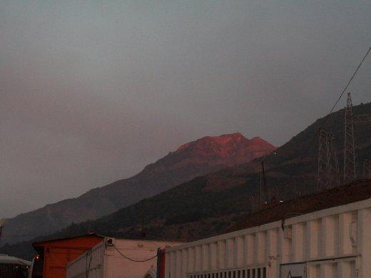Saindo da obra, vejo uma coloração estranha na montanha...