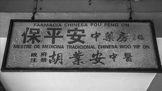 Maestro de medicina tradicional Woo Yip On. Macao