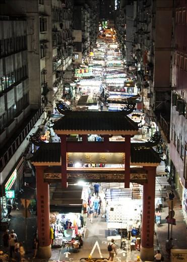 Luminoso mercado de noche