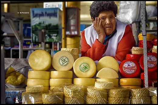 Vendedora en un puesto del mercado de Cusco, Perú.