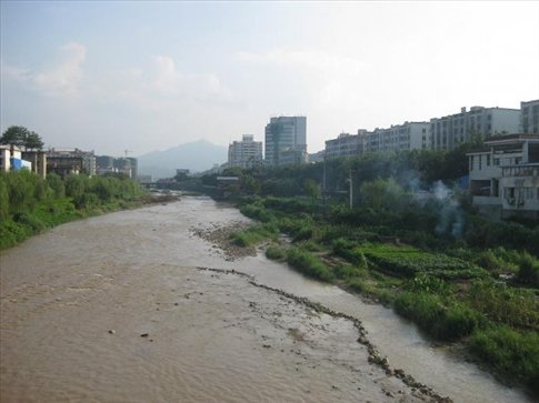 This is the Tingjiang River which runs through Longyan. On it's banks locals have set up small gardens of vegetables and fruits. The locals call this river 'mother river' as it gave birth to the city. It flows 285 kilometers to the south before emptying into the South China Sea.