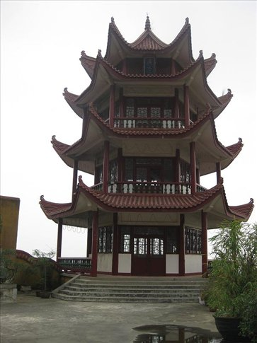 The beautiful pagoda. It's a lovely building, but it was completely empty! I have yet to see a 'working' pagoda in China. Most of them are completely empty!!
