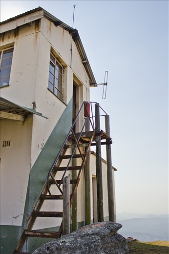 The fire lookout post of the old mining town Kaapschehoop has a view which stretches over the entire Barberton Valley in the Mpumalanga province, South Africa. The tower also provides shelter for the fire watchman, whose vigilant gaze is especially crucial during the dry winter season.