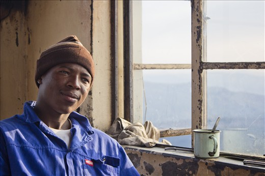 Since the beginning of 2012, 22-year-old Nelson Matsewjwa has been a fire watchman at the Kaapschehoop lookout post in Mpumalanga, South Africa. Matsewjwa, who originally comes from Swaziland, had to leave high school early due to his family's financial situation. He moved to South Africa to work and save money, with the intention to return to his country and complete his education.