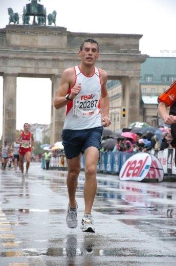 Under the Brandenburg Gate, only 100m until the finish line!