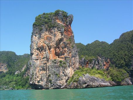 I'm on a long-tailed boat from Ao-Nang Beach, Krabi, going to Railay Beach, Krabi