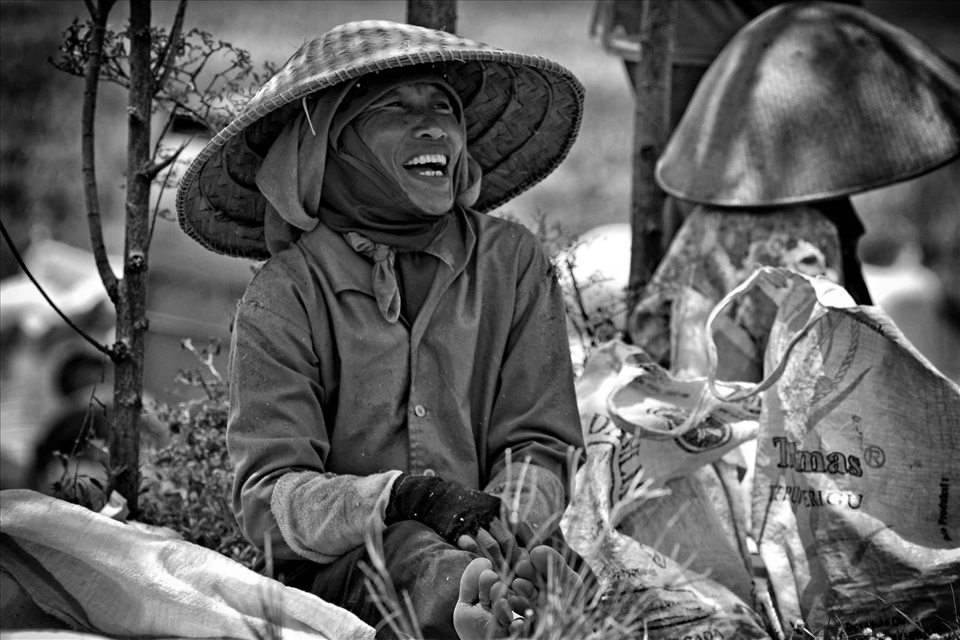 together and joking with colleagues is one reliever to accomplish for them. Simplicity, unity, mutual assistance, mutual care, is the noble values of the farmers in the village who always hold dear.