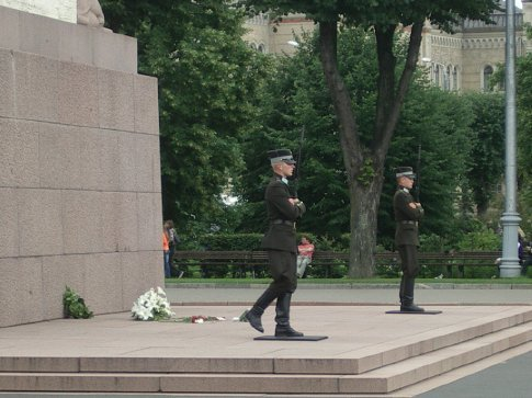 Soldiers at the foot of the Freedom monument