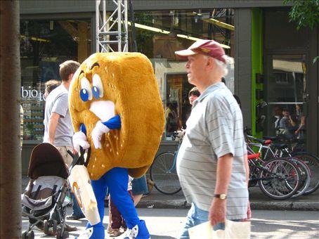 Teh big big Bagel in the street!!