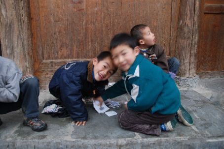 Kids playing a card game in Zhaoxing