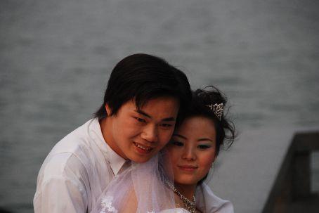 A couple wandered around Hangzhou's west lake taking wedding photos