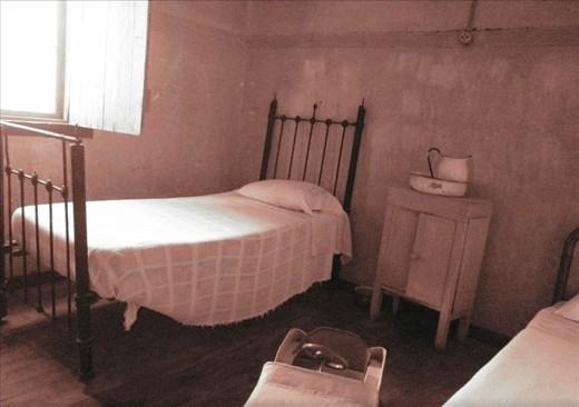 Cuarto en casa del ingeniero. Esas camas tenían por mil donde mi abuela.
