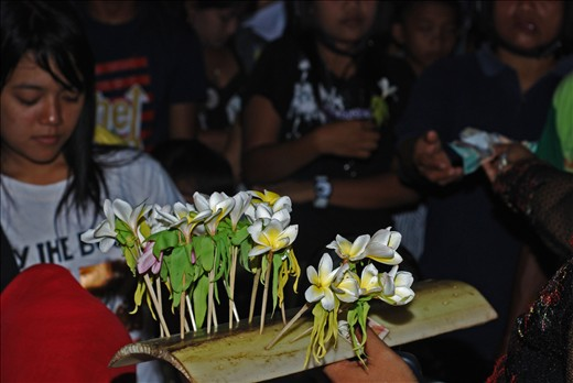 the end of the series of events, the organizers of the event selling flowers 'Kanthil' which is believed to make us faithful lovers we after being given the interest. * Kanthil means interested or infatuated