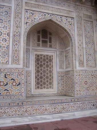 Detail on outside of Itimad-Ud-Daulah (baby Taj).