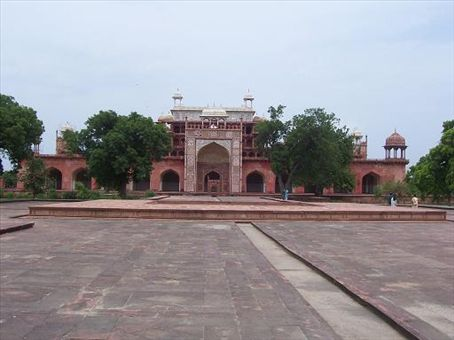 Side-view of the main building containing Akbar's tomb.